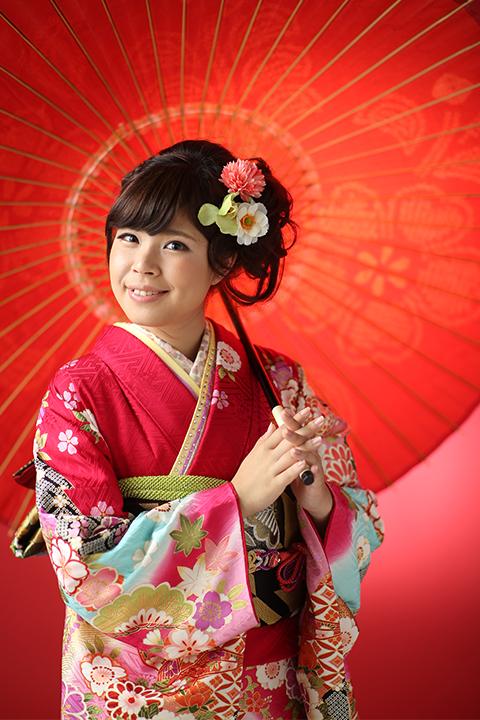 和傘と艶やかな赤の振袖