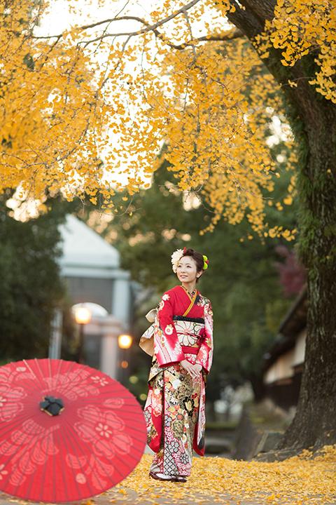 熊本城の銀杏の下で振袖を着た女性