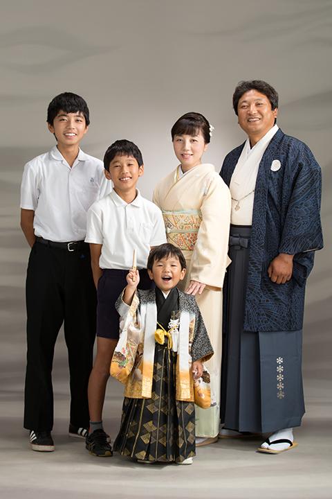 パパとママとお兄ちゃん皆で写る七五三写真