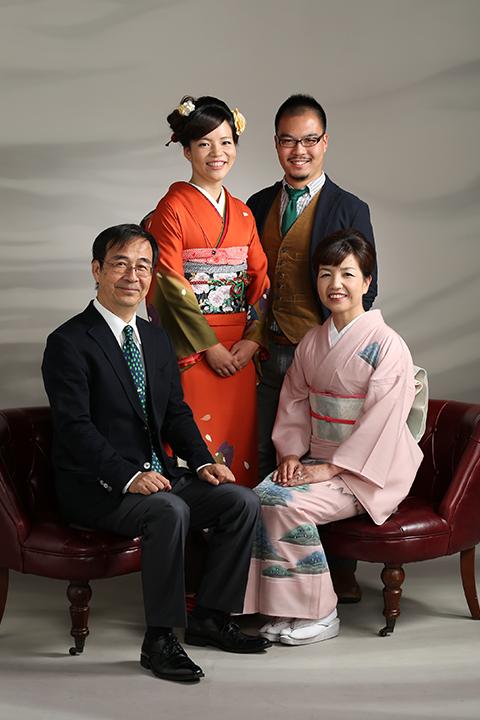 振袖を着て家族写真