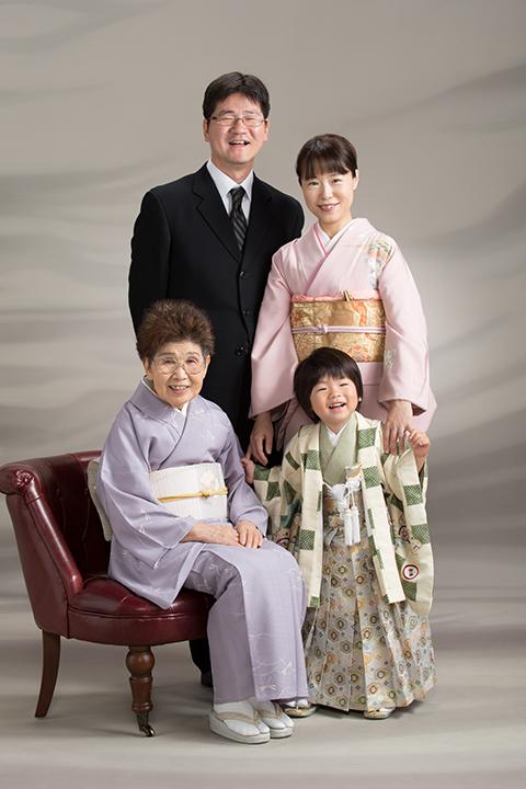 お父さんとお母さんとおばあちゃん揃って七五三の前撮り