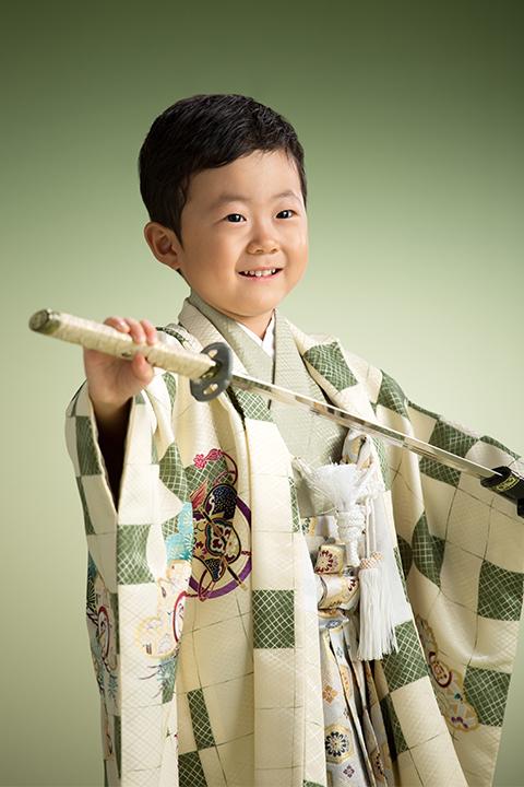 日本刀を持って凛々しい七五三の男の子
