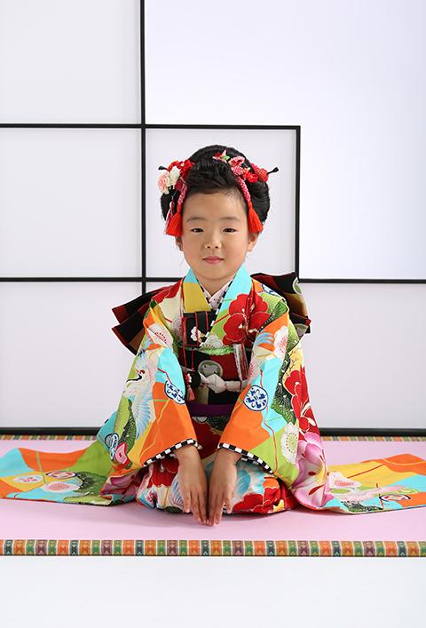 モダンな着物と日本髪の女の子