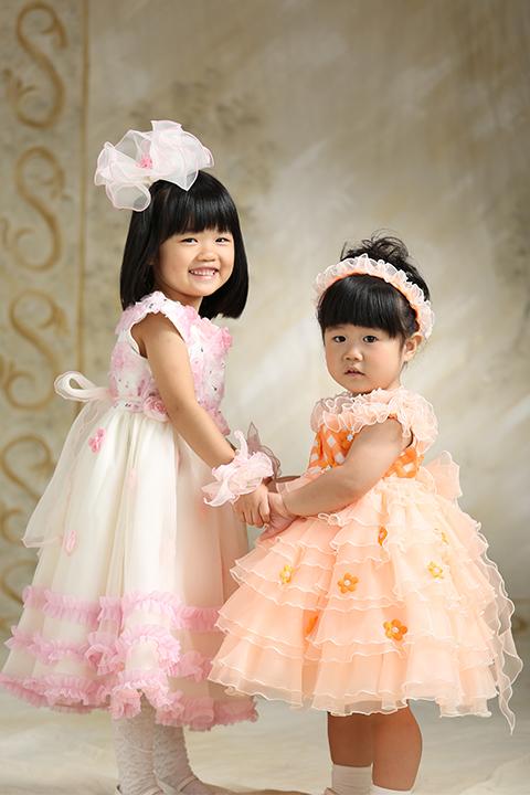 七五三でかわいいドレス姿の姉妹